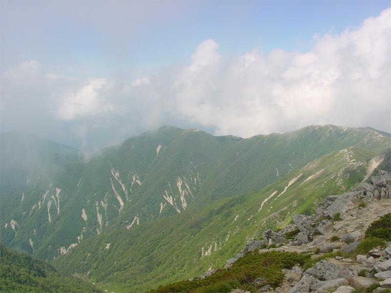 山頂より 木曽駒ヶ岳山頂到着 【13:40】 木曽駒ヶ岳山頂到着 最後のひと頑張りを終えると山頂